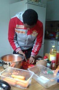Ein Afrikaner kocht für das Fastensuppenessen