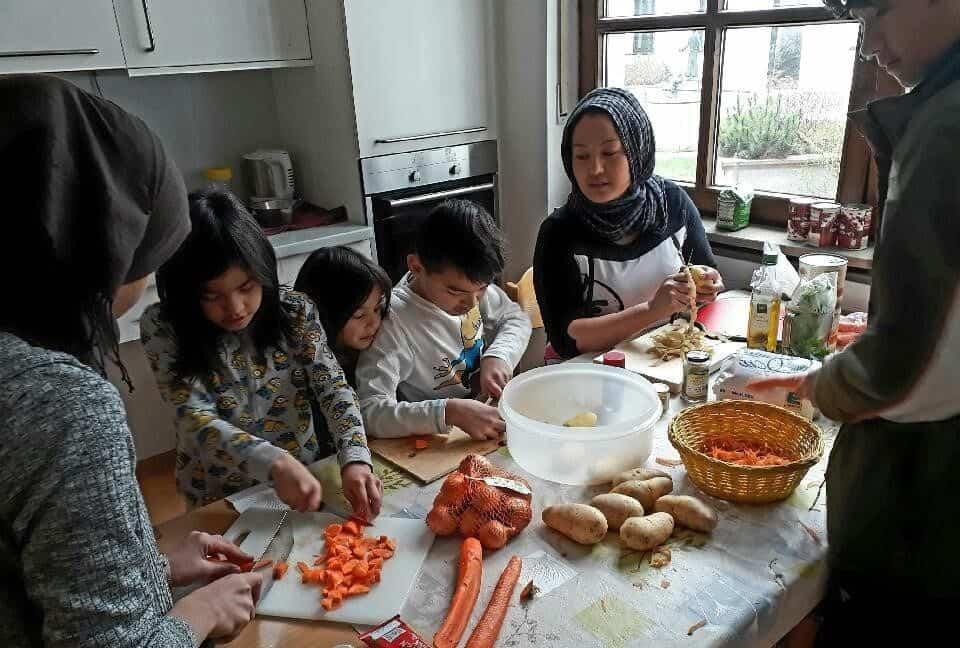 Kochen einer Bohnensuppe für das Fastensuppenessen 2017 in Aschau