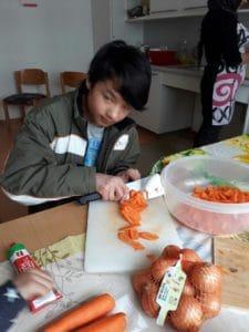 Ein afganischer Junge hilft bei der Vorbereitung der Fastensuppe