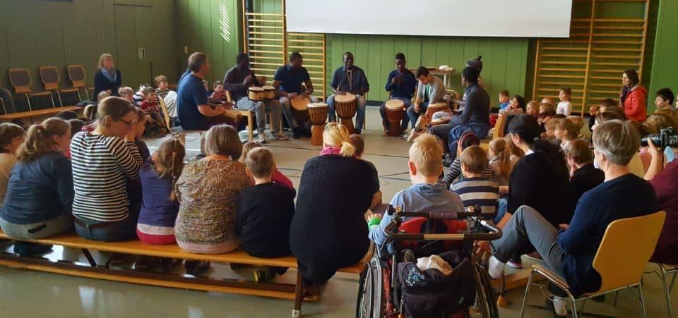 Afrikanische Asylanten trommeln in der Aschauer Kinderklinik