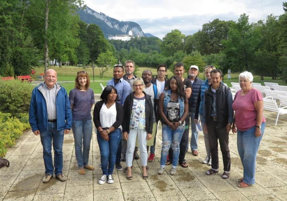 Teilnehmer und Veranstalter des Sprachkurses in der Grundschule
